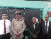 صور.. وفد من ضباط الشرطة والتعليم بالشرقية يستقبلون الطلاب ثانى يوم دراسى