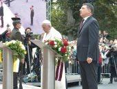 صور.. البابا فرنسيس يضع أكليل الزهور بنصب الحرية بلاتفيا خلال رحلته بدول البلطيق