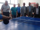 صور.. محافظ جنوب سيناء يلعب تنس طاولة مع الطلاب فى افتتاح مدرسة الصم