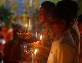 صور.. ترانيم بوذية ورش الأرز على الأرض فى مهرجان الموتى بكمبوديا