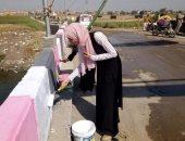 طلاب الجامعات والمدارس يشاركون فى حملة نظافة وتشجير بقرية فى كفر الشيخ