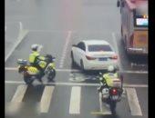 شاهد.. رجال الشرطة فى الصين ينقذون طفلا تعرض لحادث حريق