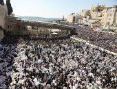صور.. ألاف اليهود يحتشدون أمام حائط المبكى بحضور السفير الأمريكى