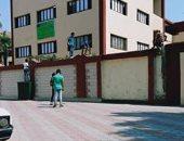 فيديو..تلاميذ  على سور  مدرسة افتتحها محافظ القاهرة منذ 5 أيام