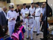 صور.. قيادات وضباط الشرطة يوزعون مستلزمات المدارس على الطلبة بالمدارس