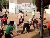 قارئ يشارك بفيديو لطلاب ينظفون فناء المدرسة كشرط لبدء حصة الألعاب