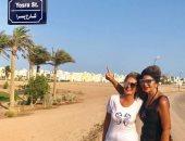 الشارع شارعنا.. بوسى شلبى تلتقط صورة تذكارية مع يسرا فى شارعها بالجونة