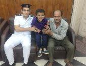 صور.. ضباط قسم قصر النيل يعيدون طفلا لوالده بعد 3 ساعات من غيابه