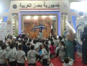"""شاهد.. إقبال أطفال معرض عمان على ورشة حكى""""ماما سماح"""" وحفل الأراجوز المصرى"""