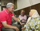 صور..  محافظ المنوفية يصدق على صرف إعانة فورية لمواطن كفيف وزوجته
