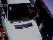 فيديو.. لحظة محاولة سرقة بطارية سيارة بمدينة نصر