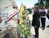 محافظ كفر الشيخ يضع إكليل الزهور على قبر الجندى المجهول