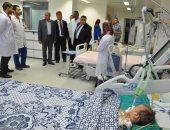 رئيس جامعة كفر الشيخ يتفقد حالة آخر طفل أجريت له عملية قلب مفتوح بحملة نبضات