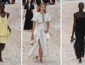 """صور.. عارضات """"Chanel"""" حافيات على الرمال خلال عرض بأجواء صيفية مذهلة"""