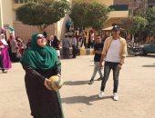 صور.. عميد تربية نوعية المنوفية ووكيل الكلية يلعبون الكرة الطائرة مع الطلاب