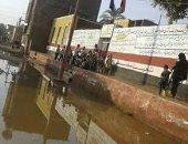 مياه الصرف الصحى تحاصر طلاب كلح الجبل فى أسوان