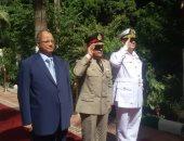 محافظ القاهرة وقائد المنطقة المركزية يضعان إكليل زهور على مقابر الشهداء بذكرى نصر أكتوبر