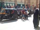 صور.. قارئ يشكو الزحام الشديد بمكتب اشتراكات محطة مترو عزبة النخل