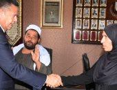 محافظ بنى سويف يلتقى أسرة شهيد بالقوات المسلحة ويصرف 10 آلاف جنيه مساعدة