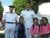 صور.. رجال الشرطة يرافقون أبناء الشهداء فى مدارسهم بسيناء