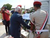 صور.. محافظ بورسعيد يضع أكليل الزهور على قبر  الجندى المجهول