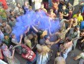 """صور.. مهرجان """"الحنة الإسناوى"""" بالأقصر.. عادة أهل إسنا منذ مئات السنين للاحتفال بالعريس بالاستحمام بالحناء ثم يذهبون للنيل لإزالتها.. المحتفلون يرشون الألوان ويطلقون الشماريخ على أنغام التراث ويقدمون النقطة"""
