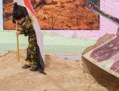 """صور.. """"اللى خلف مامتش"""".. ابن شهيد يحتفل بذكرى نصر أكتوبر بالملابس العسكرية"""
