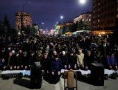 صور..صلاة جماعية للمحتجين جنوب روسيا خلال مظاهرات ترسيم الحدود مع الشيشان