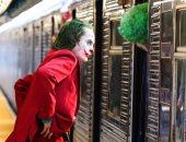 """جواكين فونيكس محاط بالمهرجين خلال تصوير """"Joker"""" بمترو الأنفاق فى بروكلين"""