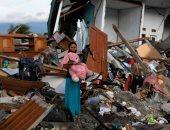 الإندونيسيون يبحثون عن ذكرياتهم وسط المنازل المنهارة من الزلزال وتسونامى
