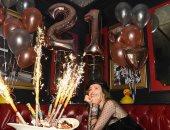شاهد بيلا ثرون تحتفل بعيد ميلادها الـ21 فى لاس فيجاس