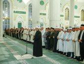 شاهد.. الإمام الأكبر يؤم المصلين فى صلاة العشاء بأكبر مساجد بكازاخستان