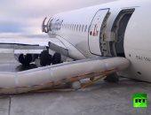 """شاهد.. خروج طائرة روسية عن المدرج أثناء هبوطها فى مطار """"ياقوتسك"""""""