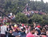 شاهد.. انطلاق الحفل الفنى لتجارة عين شمس والطلاب يتسلقون كوبرى الجامعة