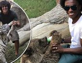 """ولا بيهمنا.. لويز وويليان يطعمان الدب والنمر  بعد استبعادهما من """"السامبا"""""""