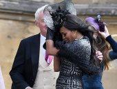 امسك البرنيطه.. شاهد معاناة ضيوف حفل زفاف حفيدة الملكة إليزابيث بسبب الجو