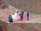 لو ده جنان اتجنن.. شاهد عروسان يحتفلان بزفافهما على قمة الجبال