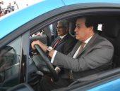 وزير التعليم العالى يقود إحدى السيارات الكهربائية محلية الصنع