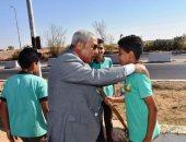 محافظ أسوان يتفقد تطوير طريق المطار ويطالب بمسابقة لاختيار أجمل مدرسة