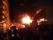 الدفع بـ10 سيارات إطفاء لمحاولة السيطرة على حريق فى مصنع إسفنج بأبو النمرس