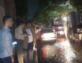 صور.. غرق شارع بالزمالك بعد انكسار خط مياه عكرة بجوار الجبلاية