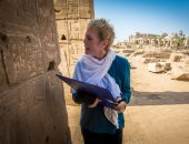 BBC تبرز خبر عودة أستاذة المصريات بأوكسفورد لمصر بعد فقدانها ساقيها