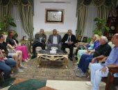 محافظ جنوب سيناء يستقبل فنانى ملتقى مصر الدولى للنحت والفنون بشرم الشيخ
