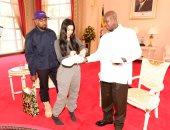 """ماذا أهدت كيم كارداشيان وزوجها للرئيس الأوغندى؟.. وكيف رد """"موسفنى"""" الهدية؟"""