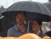 لحظات رومانسية بين هارى وميجان تحت زخات المطر فى أستراليا