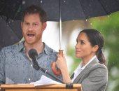 """على طريقة """"تهوية"""" دينا الشربينى.. ميجان ماركل تمسك بالمظلة لهارى"""