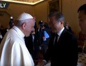"""""""روسيا اليوم"""" تعرض لحظة استقبال بابا الفاتيكان رئيس لكوريا الجنوبية.. فيديو"""