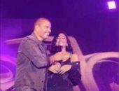 السيدات أولاً.. عمرو دياب يقدم دينا الشربيني لجمهوره في حفل الميدل بيست