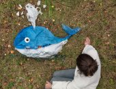 عملت من المخلفات حيوانات.. فتاة فرنسية تحول القمامة على الشواطئ لمجسمات مبتكرة