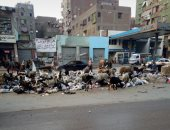 قارئ يشكو من تراكم القمامة أمام منزلة بشارع العروبة فى الوراق